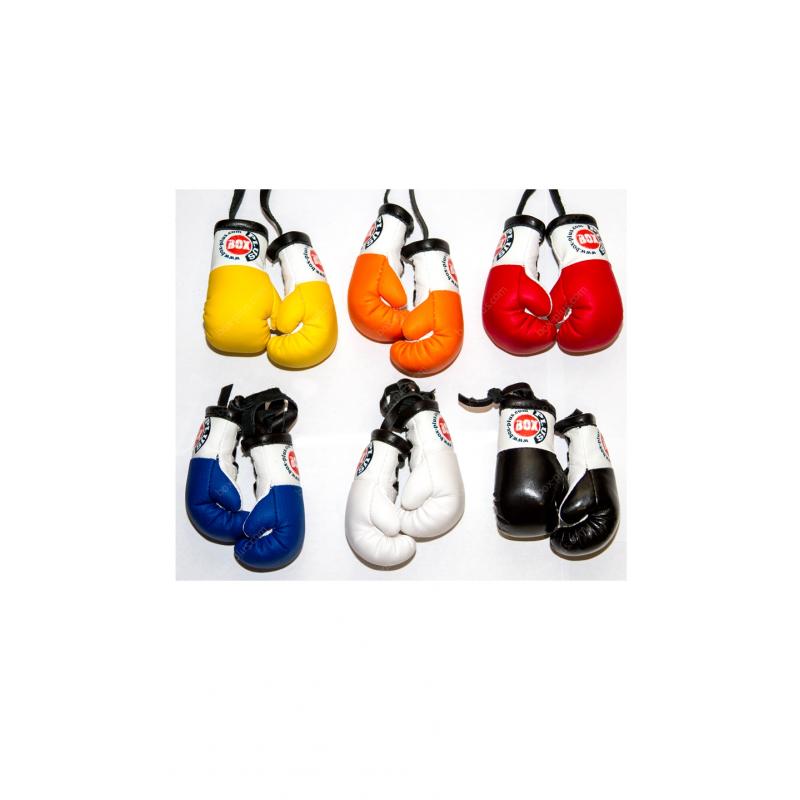Боксерские перчатки в машину